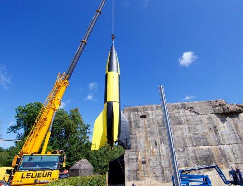 Mise en place d'un missile V2 inoffensif devant le blockhaus d'Eperlecques