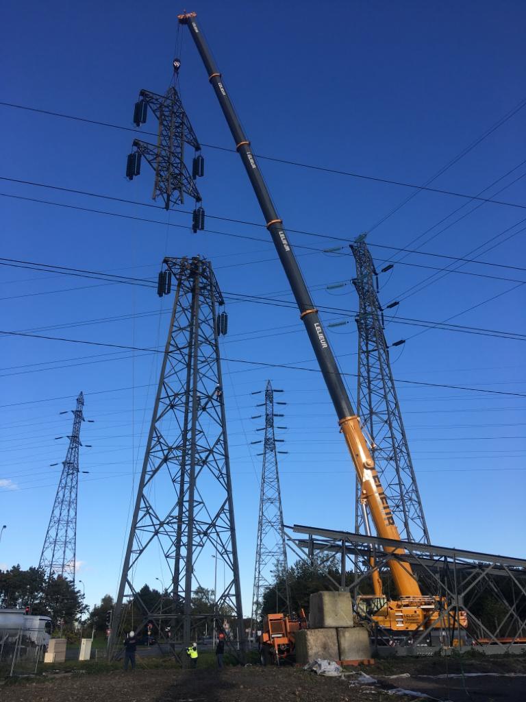 Dépose et repose de pylônes à haute tension en toute sécurité