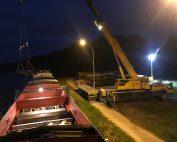 Déchargement d'une péniche de 110 mètres de long