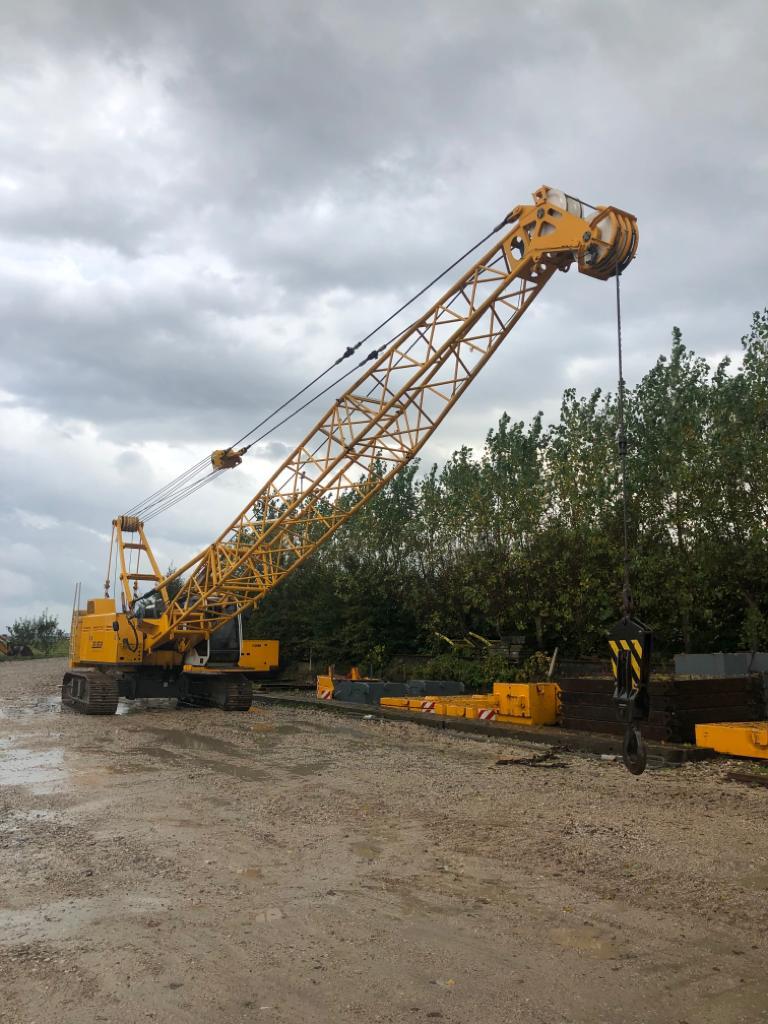 Préparation de la grue treillis sur chenilles d'une capacité de 50 tonnes pour le curage d'un bassin dans les Hauts-de-France