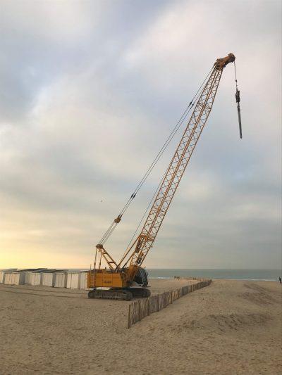 Levage et dépose/repose de 11 chalets de plage à Calais dans les Hauts-de-France. Opération réalisée avec une grue treillis sur chenilles.