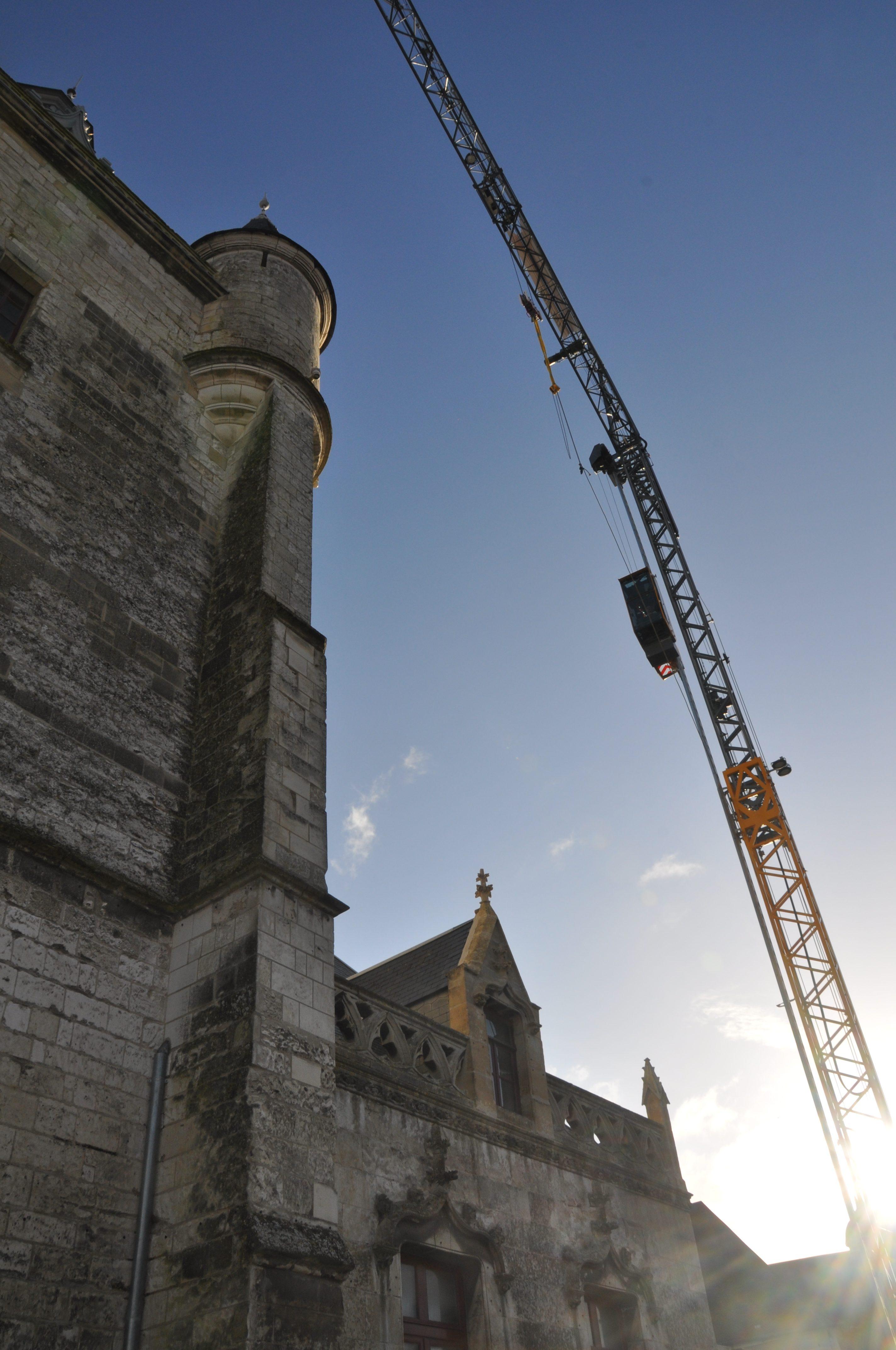 Levage à deux grues dont la MK88 au sommet du beffroi de Rue en Baie de Somme dans les Hauts de France