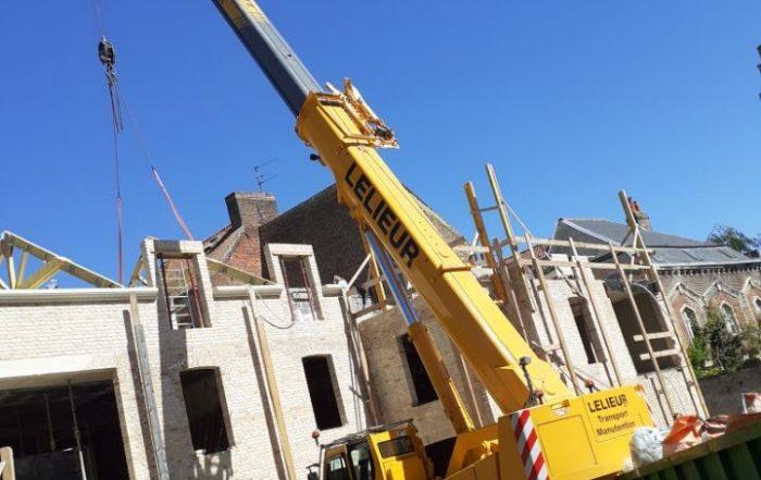 Pose d'escaliers et de charpente pour la construction d'une maison particulière à Saint-Omer avec une grue LTC 1050