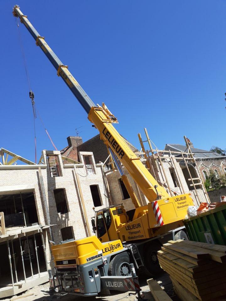 Levage et pose d'escaliers et de charpente pour la construction d'une maison particulière à Saint-Omer avec une grue LTC 1050