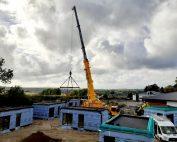 Déchargement de modules bois pour l'agrandissement de locaux médico-sociaux à Samer dans le Pas-de-Calais avec notre LTM1100