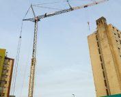 Levage de matériel de chantier sur un immeuble à 10 étages à l'aide de notre grue de construction MK88, à Calais dans les Hauts-de-France