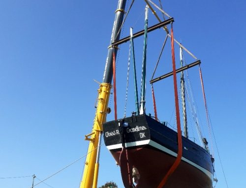 Levage et remise à l'eau du bateau Christ-Roi à Gravelines
