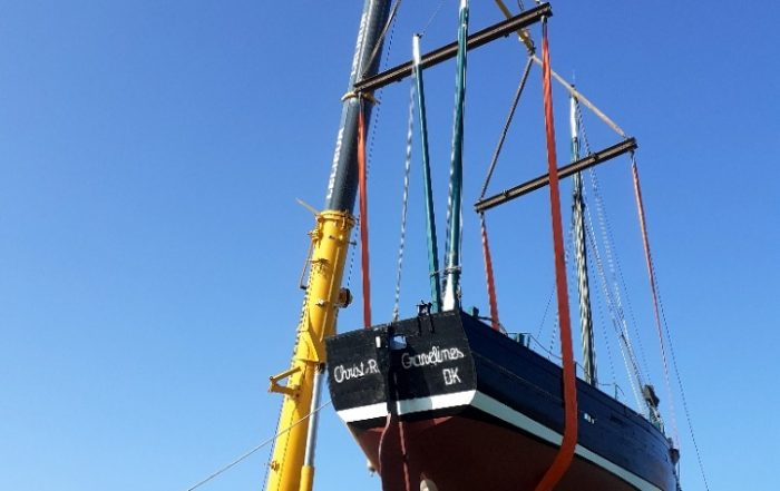 Levage et remise à l'eau du bateau Christ-Roi à Gravelines dans les Hauts-de-France à l'aide de la grue LTR 1100