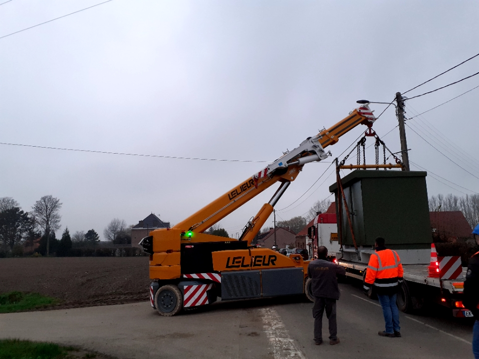 Déchargement et mise en place d'une cellule de transformateur à Winnezeele dans les Flandres (Hauts-de-France), commune limitrophe de la Belgique.