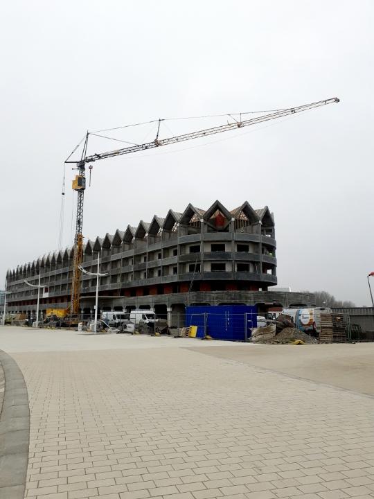 Levage de supports clim au futur Grand Hôtel de Malo-les-Bains dans le Nord, à l'aide de la grue de construction MK88