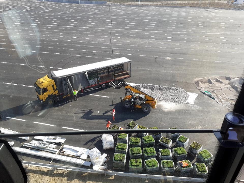 Levage d'un toit végétal pour le bâtiment d'accueil du Port de Calais avec notre grue de construction MK88