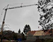 Levage et pose de charpente d'un bâtiment communal avec la grue de construction MK88