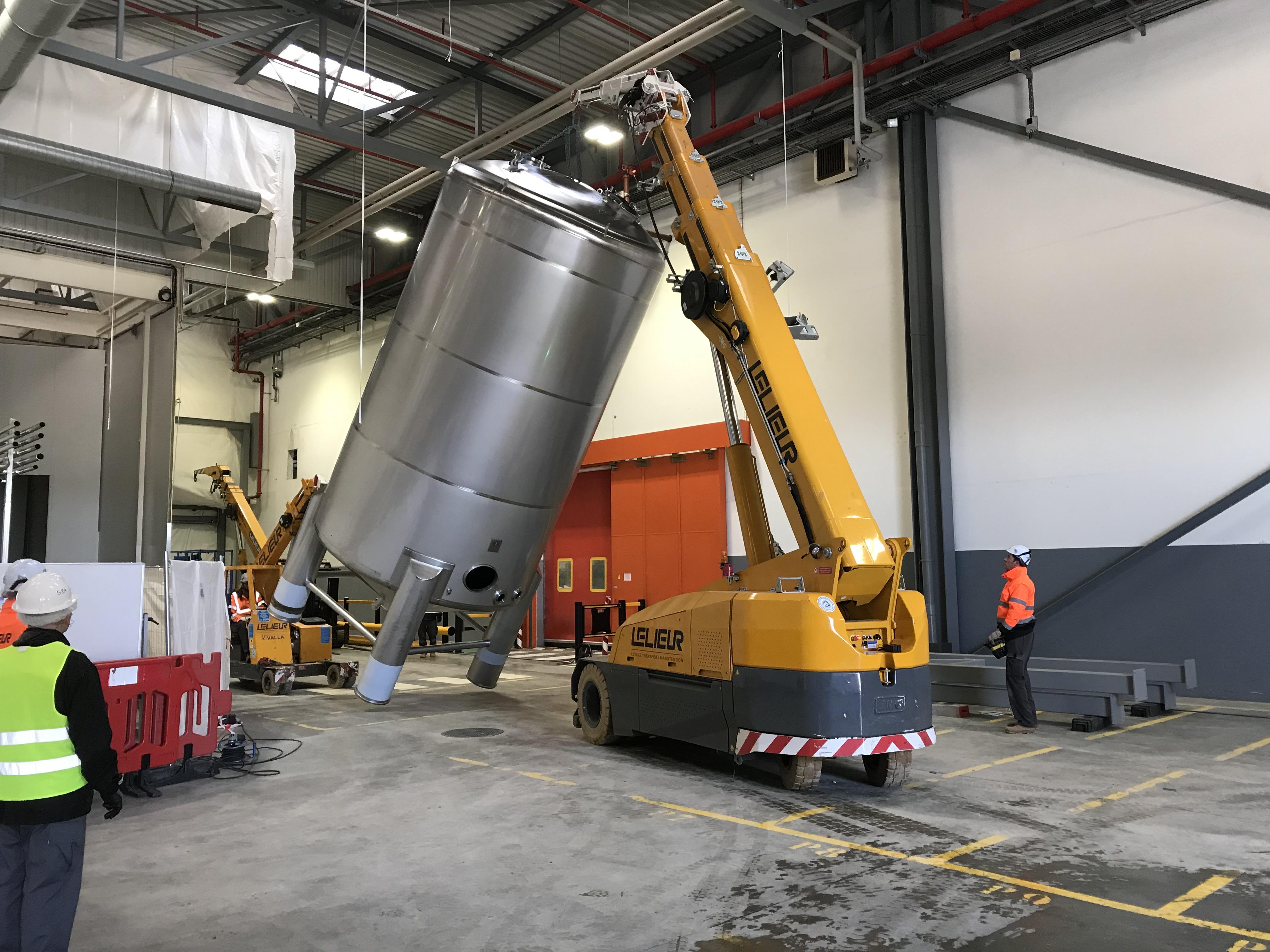 Mise en place de cuves de grande hauteur optimisé grâce à un emplacement optimisé des élingues.
