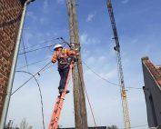 Levage de poteaux de ligne électrique à Liévin dans le Pas-de-Calais, Hauts-de-France