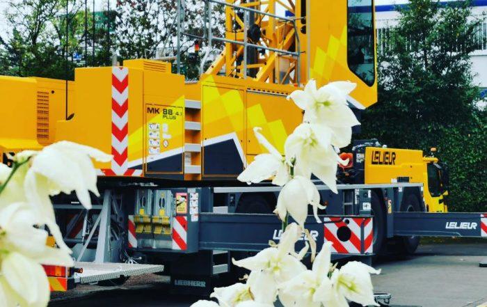Levage d'une base vie avec notre grue de construction MK88 à Villeneuve d'Ascq sur la métropole lilloise